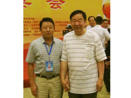 由第六届全球华人企业家论坛筹委会安排湖南ManBetX网页公司万克权与著名相声表演艺术家阎月明合影